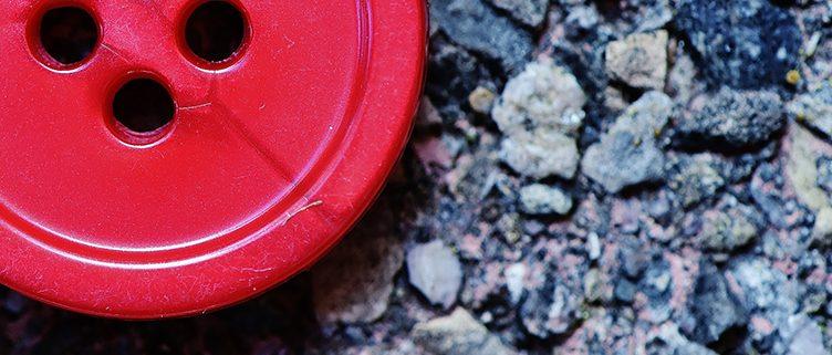 Der rote Knopf am Handgelenk
